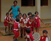 Små skolaskolbarn som spelar, medan undervisa på landsbygd i Sri Lanka fotografering för bildbyråer