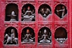 Små skulpturer av hinduiska gudar, vänner och skallar  fotografering för bildbyråer
