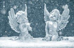 Små skyddsänglar i snö julen dekorerar nya home idéer för garnering till Arkivfoton