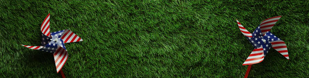Små solar på gräs bakgrund för dag för för Memorial Day eller veteran` s Royaltyfria Bilder