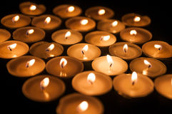 Små stearinljus i mörkret Royaltyfri Fotografi