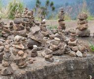 Små stenar som överst staplas Arkivbild