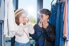 små stilfulla par, i att posera för solglasögon arkivfoto