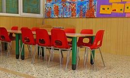 SMÅ stolar och bänkar av en skola för unga barn Royaltyfri Foto
