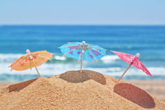 Små strandparaplyer på en strand. Arkivfoton