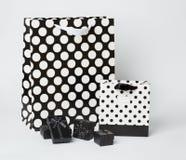 Små svarta gåva-askar med svartvita gåva-påsar med prickar Royaltyfri Bild