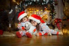 Små systrar i pyjamas på julaftonen Royaltyfria Foton