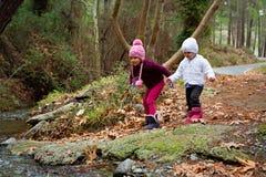 Små systrar som spelar vid The Creek arkivbilder