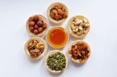 Små tartlets med användbara muttrar och honung på tabellen arkivfoton