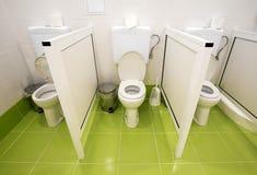 Små toaletter för ungar i ett dagis arkivfoton