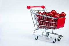 Små tomater i shoppingvagn Fotografering för Bildbyråer