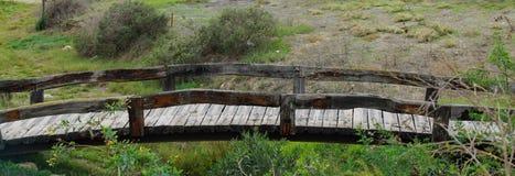 Små träbroar på golfbana arkivbilder