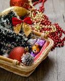 Små trädleksaker för nytt år i asken Arkivbilder