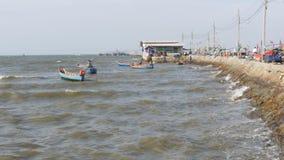 Små träfiskebåtar svänger på vågorna på pir thailand askfat Pattaya arkivfilmer