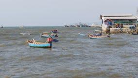 Små träfiskebåtar svänger på vågorna på pir thailand askfat Pattaya lager videofilmer