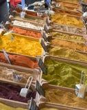 Små träspjällådor med olika typer av den finhackade kryddor och graien Arkivfoto