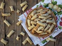 Små traditionella italienska kakor, baglar, kaltsonchelli, kifliki med mandlar och choklad av phyllodeg Fotografering för Bildbyråer