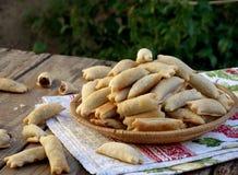 Små traditionella italienska kakor, baglar, kaltsonchelli, kifliki med mandlar och choklad av phyllodeg Arkivfoton