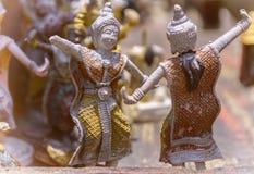 Små två och att dansa statyer royaltyfri fotografi