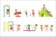 Små ungar för gullig tecknad film som spelar och har gyckel på lekplatsuppsättningen av vektorillustrationer stock illustrationer
