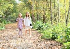 Små ungar - flickor som barfota står arkivbilder