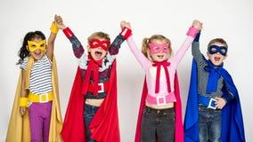 Små ungar i Superherodräktstående royaltyfria bilder