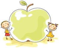 Små ungar med ett jätte- äpple Arkivfoton
