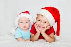 Små ungar med julhattar Royaltyfri Bild
