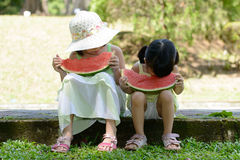 Små ungar som äter vattenmelon royaltyfria foton