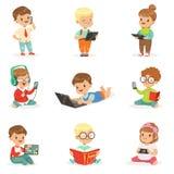 Små ungar som använder den moderna grej- och läsebok-, barndom- och teknologiuppsättningen av gulliga illustrationer stock illustrationer