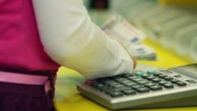 Små ungar som spelar bankirer och räknar pengar lager videofilmer