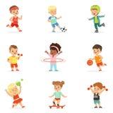 Små ungar som spelar Sportive lekar och utomhus och i tycker om olika sportövningar idrottshalluppsättning av tecknade filmen royaltyfri illustrationer