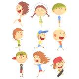 Små ungar som utomhus spelar och kör och att ha gyckel på serie för sommarsemester av kalla tecknad filmtecken royaltyfri illustrationer