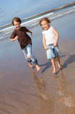 Små vänner vid havet Royaltyfria Bilder