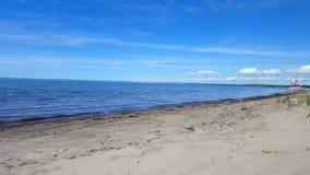 Små vågor på den härliga sandstranden med det sjö- fartyget längs kust Dag Sunny Vacation Shoreline Beach Destination i sommar arkivfilmer