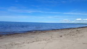 Små vågor på härlig sandstrandkust Dag Sunny Vacation Shoreline Beach Destination i sommar lager videofilmer
