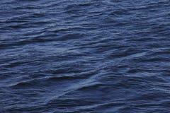 Små vågor på havsyttersidan Arkivbilder
