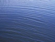 Små vågor på vatten Arkivfoto