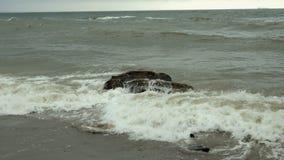 Små vågor som är brutna på kust- stenar i Black Sea nära Odessa Kustlinje och att plaska och att krascha, seafoam lager videofilmer