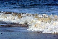 Små vågor som kraschar på kust nära Bridlington Arkivbilder