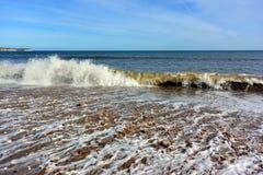 Små vågor som kraschar på kust nära Bridlington Royaltyfria Foton