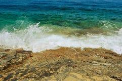 Små vågor som slår den steniga kusten, loppfoto Fotografering för Bildbyråer