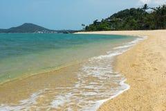 Små vågor som slår Maenamen, sätter på land på Koh Samui, Thailand Arkivbilder