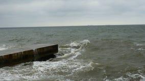 Små vågsplittringar med vågbrytaren på Black Sea nära Odessa Kustlinje och att plaska och att krascha, seafoam lager videofilmer