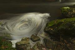 Små vattenfall, Dinglenaturreserven Llangefni. Lång expo Royaltyfri Foto