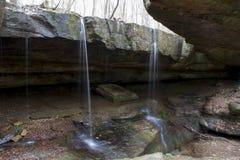 Små vattenfall på Rock bron arkivbild
