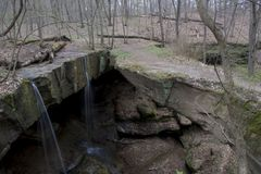Små vattenfall på Rock bron arkivbilder