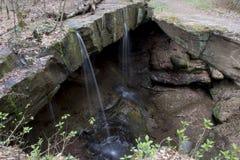 Små vattenfall på Rock bron royaltyfri foto