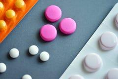 Små vita och rosa preventivpillerar Royaltyfria Foton