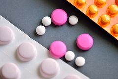 Små vita och rosa preventivpillerar Royaltyfri Foto